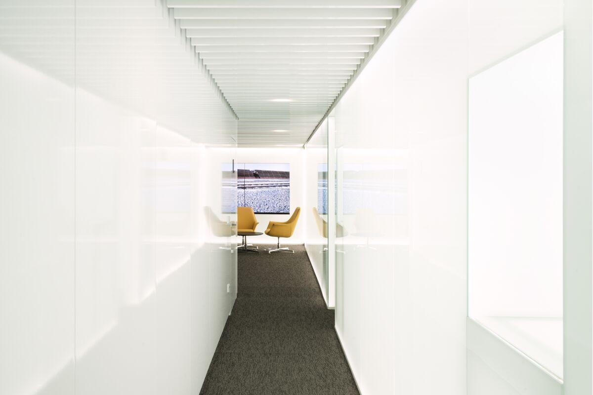 Galow Arquitectura saludable interiorismo well pasillo oficinas futuristas